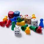 Würfel und Spielsteine (fotografiert von Wolfgang Lonien, cc-by-sa)